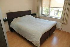 Slaapkamer. Raam voorzien van rolhor