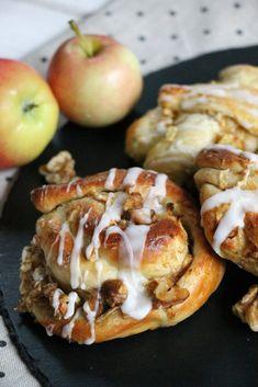 Apfel-Zimt-Knoten Rezept: Äpfel sind dankbare Partner beim Backen. Das Hefeteiggebäck braucht zwar etwas Zeit in der Zubereitung, schmeckt aber unheimlich lecker. Die Apfel-Knoten kann man mit Zimt, Walnüssen und/oder Rosinen zubereiten. Der Apfelkuchen bzw. die Zimtschnecken mit Apfel sind schön saftig und schmecken auch noch am nächsten Tag sehr gut. Ein leckeres Apfel Rezept für den Herbst.
