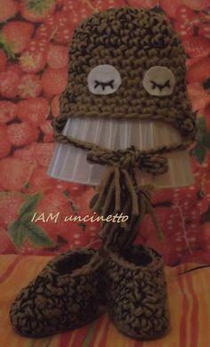 Cappellino gufo e scarponcino in lana lavorati all'uncinetto. Crochet owl hat and boots. 100% wool. Handmade