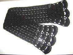 Gola feita em crochê, com lã preta. Lindo acessório para dar um charme a mais nas mulheres. Ótima opção para presente. R$ 30,00