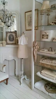 What is shabby chic? You have seen pieces of furniture with old paint showing through, but there is more to it. The style started in England reminding of the decor often found in large stately country houses with old furniture that ha Vintage Shabby Chic, Shabby Chic Homes, Shabby Chic Decor, Vintage Bohemian, Vintage Dress, French Decor, French Country Decorating, Ropa Shabby Chic, Interior Decorating