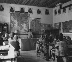 Τότε στα δημοτικά σχολεία οι τάξεις είχαν ξύλινα θρανία, πολλούς χάρτες στους τοίχους και όλους τους ήρωες του ΄21. Τότε οι μαθητές δεν μπέρδευαν το 1821 με το έπος του ΄40 και όλοι μάθαιναν τι είχε συμβεί στις 29 Μαϊου του 1453....
