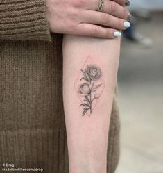 Literally Every Summer Tattoo You Never Knew You Needed - TattooBlend Bad Tattoos, Great Tattoos, Mini Tattoos, Flower Tattoos, Tattos, Inner Forearm Tattoo, Sternum Tattoo, Forearm Tattoos, Beautiful Tattoos For Women