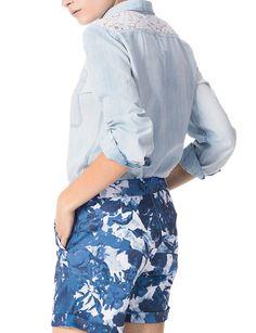 Transforma tu blusa #denim con unos shorts de estampado #floral. Triunfarás. #Chambray #Barbados