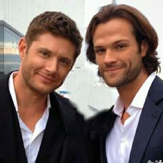 What a great picture of Jensen Ackles and Jared Padalecki ♡ x Castiel, Jensen Ackles Supernatural, Jensen Ackles Jared Padalecki, Jensen And Misha, Sam E Dean Winchester, Winchester Brothers, Winchester Supernatural, Mark Sheppard, Supernatural Seasons
