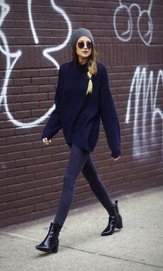 De donker blauwe kleur van de trui is deze winter in ook het model van de trui is deze winter in de mode.