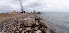 """Actualmente, la construcción de la escollera poniente lleva un avance de un kilómetro 600 metros, """"pero continúa un kilómetro 200 metros dentro del mar"""", precisó el gobernador."""