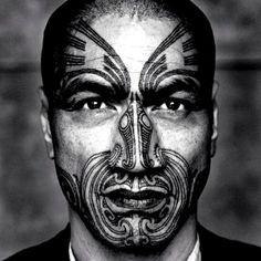 Los tatuajes maoríes o tatuajes ta moko, tienen gran valor histórico, identidad cultural y una sólida calidad artística. Son tatuajes realmente únicos y por ello, se han convertido en un estilo clásico que ha trascendido todas las fronteras. Originarios de la Polinesia oriental, son marca registrada neozelandesa.