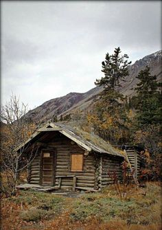 Cabin in the woods! Do You See The Wood Over The Windows? Old Cabins, Tiny Cabins, Log Cabin Homes, Cabins And Cottages, Rustic Cabins, Cabin In The Woods, Hunting Cabin, Little Cabin, Cozy Cabin