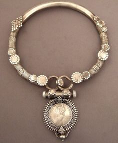 MOD NOMAD - MAGNIFIQUE!! - I WOULD LOVE A NECKLACE JUST LIKE THIS, AS IT IS NOT ONLY BEAUTIFUL, HOWEVER ALSO VERY UNUSUAL!!