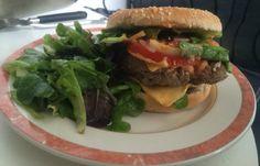 Le burger maison a l'antillaise Viande fraîche tomates fraîches etc.... Christophine en galette et sauce maison épicée biensur.