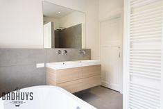 Luxe badkamer met ligbad en maatwerk kasten   Het Badhuys