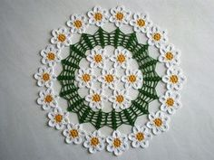 Centri colorati all'uncinetto... Crochet Doilies, Crochet Flowers, Crochet Stitches, Tatting Lace, Decorative Plates, Projects To Try, Tablecloths, Patterns, Tips