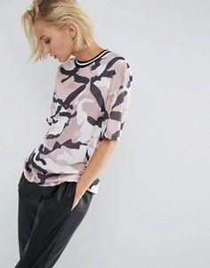ASOS - T-shirt long avec bandes rayées et tulle à imprimé camouflage