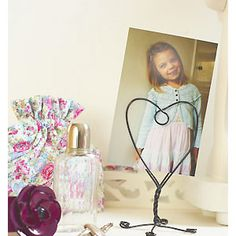Work a wire heart-shaped photo holder