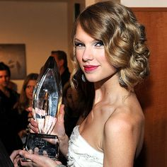 Taylor Swift - The 2010 People's Choice Awards - Red Carpet Central - Celebrity - InStyle