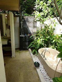 ... buiten #badkamer #inspiratie #jacuzzi #bad #douche #tuin #veranda