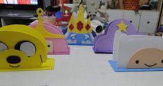 Cinco personagens disponiveis: finn, jake, princesa jujuba, princesa caroço e rei gelado.   Temos outros produtos com esse tema!  Fazemos os porta guardanapos em outros temas. R$ 4,00