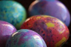 Μπορεί να έχουμε ακόμη καιρό για το βάψιμο των αυγών αλλά ξεκινάμε σιγά-σιγά να σου δείχνουμε τεχνοτροπίες και τεχνικές βαψίματος για να εντυπωσιάσεις! Σήμερα σου δείχνουμε πώς φάφονται τα αυγά αλά... μωσαικό. Έ