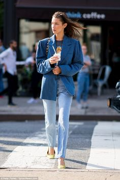 Hadid a beauty in blue ensemble during a stroll in NYC Gorgeous: Bella Hadid, was a cosmopolitan stunner in NYC Sunday as she was snapped sna.Gorgeous: Bella Hadid, was a cosmopolitan stunner in NYC Sunday as she was snapped sna. Style Bella Hadid, Bella Hadid Outfits, Street Style Outfits, Look Street Style, Model Street Style, 90s Style, Street Styles, Outfits Inspiration, Mode Inspiration