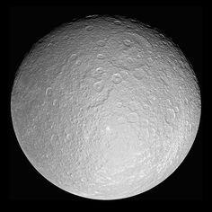 Rea es el segundo satélite más grande de Saturno (aunque sólo tiene la mitad del tamaño que la Luna) y es uno de los cuatro satélites descubiertas por el italiano Giovanni Casinni. #astronomia #ciencia
