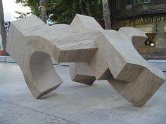 esta escultura está realizada en hormigón