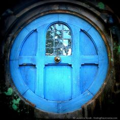 I am seriously considering putting a round door on the downhill side of the wofati. There are many ways to do this and there are many that have been . & designing a round door - hobbit house style (wheaton laboratories . Cool Doors, The Doors, Unique Doors, Windows And Doors, Front Doors, Foto Transfer, When One Door Closes, Round Door, Arquitetura