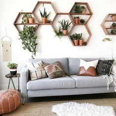 7 Quick and easy ways to budget your home Decor decor apartment decor budget decor diy decor ideas decor palets home decor home decor Living Room Decor On A Budget, Diy Home Decor On A Budget, Easy Home Decor, Decorating On A Budget, Cheap Home Decor, Living Room Designs, Bedroom Designs, Bookcase Decorating, Handmade Home