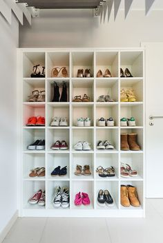 Need storage for your shoes? Tip: use separate compartiments - Vous ne savez pa. - Let's make it a HOME! Bag Closet, Walk In Closet, Shoe Organizer, Closet Organization, Home Room Design, House Design, Shoe Rack Furniture, Welcome To My House, Shelf Design