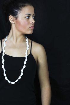 Folded necklace Diys, Pearl Necklace, Pearls, Chain, Fashion, Moda, String Of Pearls, Bricolage, Diy