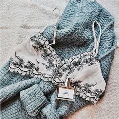 Pull cocooning bleu et lingerie beige en dentelle by averymadelinee
