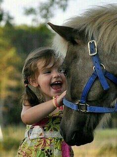 Niña y su mascota caballo
