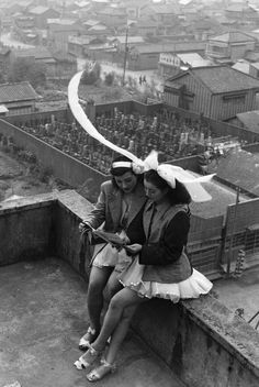 Dancers resting on the rooftop of the SKD Theatre. Asakusa, Tokyo, These Photos Show Japans Incredible Metamorphosis After World War II Japanese Photography, White Photography, Street Photography, War Photography, Photo Japon, Japan Photo, Festival Photo, Japanese Culture, Vintage Photographs