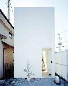Love House, Yokohama, Japan - Takeshi Hosaka -L' introversione del fronte su strada cieco, aperto soltanto dalla porta d'ingresso, sottolinea il distacco dal mondo esterno e il ritiro in un universo intimo-
