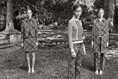 Decisamente retrò la collezione di Prada 2015 veste le donne con femminilità vagamente Vintage rispolverando linee e colori di un tempo passato. Classe eleganza e toni talvolta maschili interpretati da due colori che rappresentano un must per moltissime...