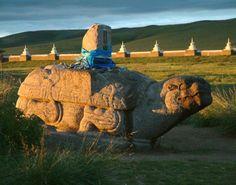 Una delle tartarughe di pietra dell'antica Karakorum; sullo sfondo le mura del monastero di Erdene Zuu.
