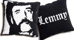 Katso ohjeet ja virkkaa Virpi Siipolan suunnittelema tyyny Lemmy Kilmisteristä.