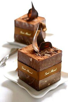 tiramisu dans des coupes de chocolat / Tiramisu in chocolate cups: