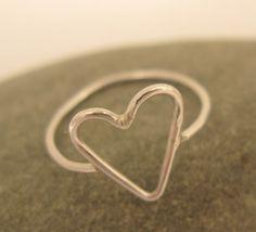 Dies ist eine einfacher design mit einem Herz-Form in der Mitte. Der gesamte Ring ist aus dünnem Draht so sieht es aus sehr feinen und chic.