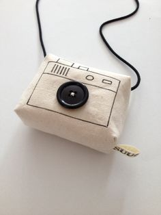 Are you interested in our handmade toy camera? With our toy camera for pretend play you need look no further. Diy Projects To Try, Diy Crafts For Kids, Sewing Projects, Sac Week End, Toy Camera, Fabric Toys, Baby Decor, Baby Sewing, Doll Accessories
