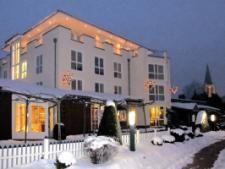 Außenansicht des AKZENT Hotel Landgasthof Evering in Emsbüren zur Winterzeit.