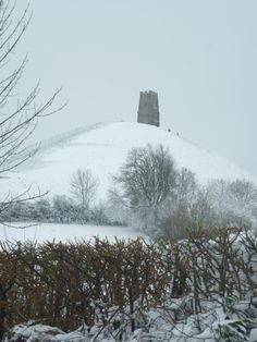 Glastonbury Tor in snow Beautiful World, Beautiful Places, Somerset Place, Glastonbury Tor, Kingdom Of Great Britain, Interesting Buildings, England And Scotland, Places Of Interest, English Countryside