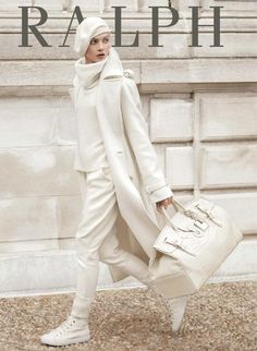 Love love love winter white-The Ralph Lauren Women's Collection Stamford Trench Coat is crafted from a luxe wool-and-cashmere blend and features a slightly oversized, menswear-inspired silhouette and genuine horn buttons. All White Outfit, White Outfits, Mode Monochrome, Ralph Lauren Style, Winter Mode, Mode Inspiration, Looks Style, Mode Style, White Fashion