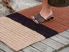Laituri-parvekematto virkataan paksusta juuttilangasta. Muhkea matto sopii parvekkeelle tai vaikka keittiöön.Malli ja toteutus: Pirkanmaan Kotityö Oy, Crochet Hooks, Free Crochet, Knit Crochet, Macrame Knots, Rugs On Carpet, Crochet Projects, Knitting, Crafts, Rugs