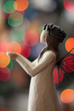 Awesome photo of a Willow Tree angel Willow Tree Angels, Willow Tree Figurines, I Believe In Angels, Bokeh Photography, Photography Ideas, Christmas Time, Holiday, Christmas Colors, Magical Christmas