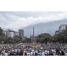 """La """"madre de todas las marchas"""" salió de 26 puntos de la ciudad. Algunos en paz otros con represión y odio desmedido de venezolanos a venezolanos. #Caracas fue protagonista como todo el país aquí una recopilación de 10 imágenes de la jornada. Gracias por compartir! Todos podemos informar!  @teresitacc .  Fotos por @maovilla88 @lennyruizc @arq.angelrivera @zoralopez @jairogudino @jbarreto1974 @jcfotocreativa @victorvazquez82 @bsantan2 @donaldobarros #CCS_EntreCalles"""