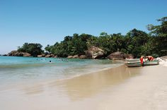 Praia do Félix, Ubatuba  Pequena e tranquila, a Praia do Félix é procurada por surfistas, que se concentram no canto esquerdo. No lado direito da praia, as águas são calmas e transparentes, melhor para banhistas. Acesso por um condomínio, à beira da rodovia. Distante 18 quilômetros do centro de Ubatuba.