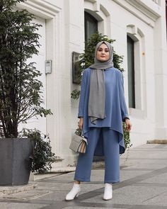 Image may contain: 1 person, standing and outdoor Modest Fashion Hijab, Modern Hijab Fashion, Arab Fashion, Hijab Fashion Inspiration, Turkish Fashion, Hijab Chic, Muslim Fashion, Kimono Fashion, Turkish Style