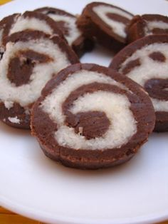 Marie biscuit chocolate rolls is an easy Indian food recipe made with marie biscuits, cocoa, sugar powder, dessicated coconut and butter. Eggless Desserts, Eggless Baking, Chocolate Desserts, Easy Desserts, Chocolate Cookies, Cake Recipes, Dessert Recipes, Drink Recipes, Halal Recipes