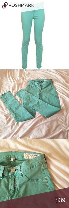 Rag and Bone mint green legging jeans The colored denim trend is coming back! Get these while you can for a great price! Gently used but still in great condition. No flaws! rag & bone Jeans Skinny